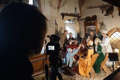 Auf einen Umtrunk in der Küche von Schloss Rochlitz. Jugendliche stellen eine Szene aus ihrem Geschichtsprojekt nach.