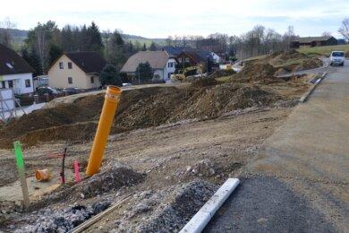 """Es geht voran. Das neue Baugebiet """"Waldblick"""" in Hauptmannsgrün bietet Platz für 20 Eigenheime und einen kleinen Bio-Hof. Die Erschließung läuft auf vollen Touren, doch Ausgleich für versiegelte Flächen ist knapp."""