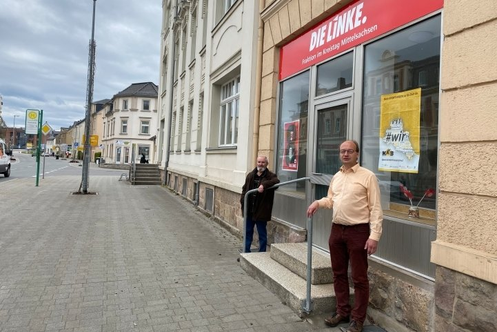 Fraktionschef Gottfried Jubelt (links) und Mitarbeiter Thomas Kempe vor der neuen Fraktionsgeschäftsstelle in Flöha.