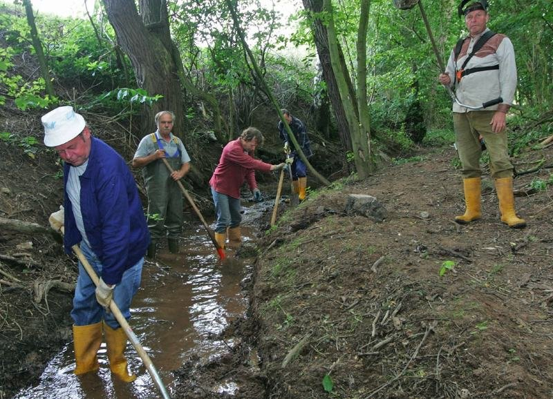 Derzeit arbeiten die Männer am Teichgraben hinter dem Reiterhof Kampe in Leubnitz.