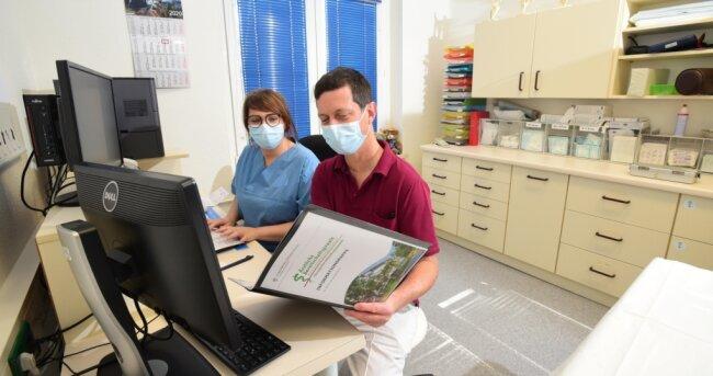Orthopäde und Unfallchirurg Dr. Christian Flade bereitete sich am Donnerstag mit der medizinischen Fachangestellten Claudia Jäck auf den ersten Dienst in der neuen Bereitschaftspraxis in den Zeisigwaldkliniken am heutigen Freitag vor.