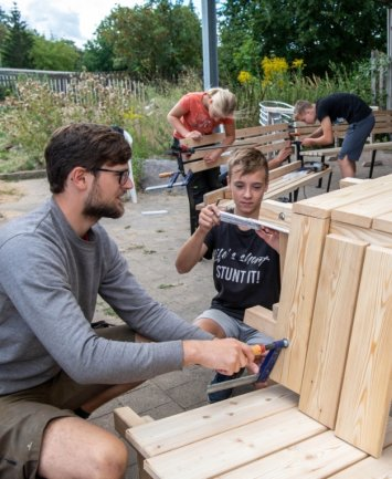 Der Seelitzer Tischler Wilhelm Reichel (l.) baute im Sommer mit Jugendlichen Bänke. Mittlerweile können sich Spaziergänger auf den Sitzmöbeln ausruhen.