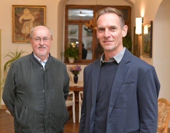 Amtsinhaber Werner Schubert und sein Nachfolger Dirk Müller (r). Im Mayoratsgut wurde am Montag das endgültige Ergebnis der Bürgermeisterwahl festgestellt. Die Zahlen entsprechen dem vorläufigen Ergebnis.