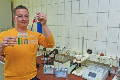 Abwassermeister Danny Uloth bereitet in der Anlage Meinersdorf die photomerische Analyse das Abwassers vor. Mittels bestimmter Testverfahren wird das Wasser am Zu- und Ablauf auf Inhaltsstoffe gecheckt.