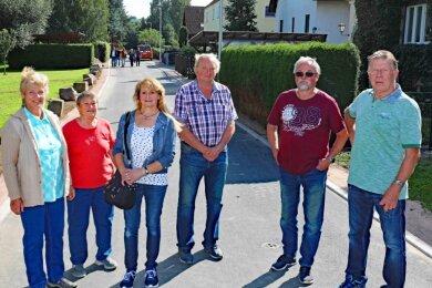 Nicht nur einige Anwohner (vorn) besichtigten am Donnerstag vor der offiziellen Verkehrsfreigabe der Uferstraße im Crimmitschauer Ortsteil Frankenhausen das Ergebnis des grundhaften Ausbaus.