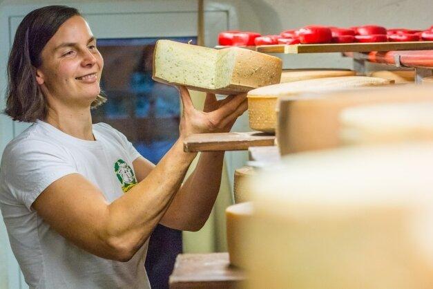 Katrin Seyffert ist Juniorchefin im Burkhardtsdorfer Rößlerhof. Im Käse-keller reifen die Produkte, die auch aus der Milch der nahezu 70 Kühe des Unternehmens entstehen.