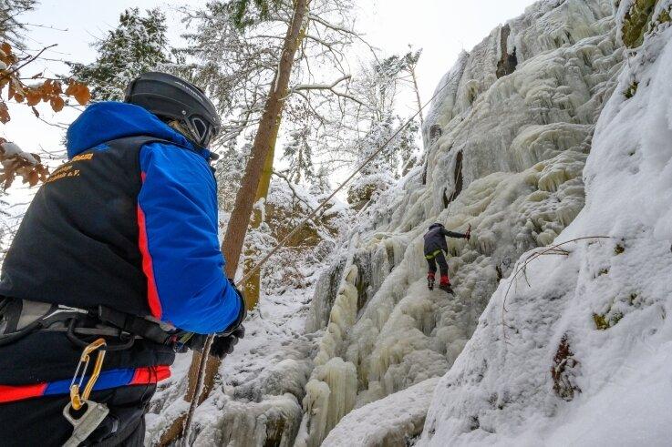 Die frostigen Temperaturen haben den Wasserfall in Blauenthal in eine Wand aus Eis verwandelt. Das nutzten Michael Scholz (links) und Dominik Schwarz vom Outdoorteam Westerzgebirge zum Eisklettern.