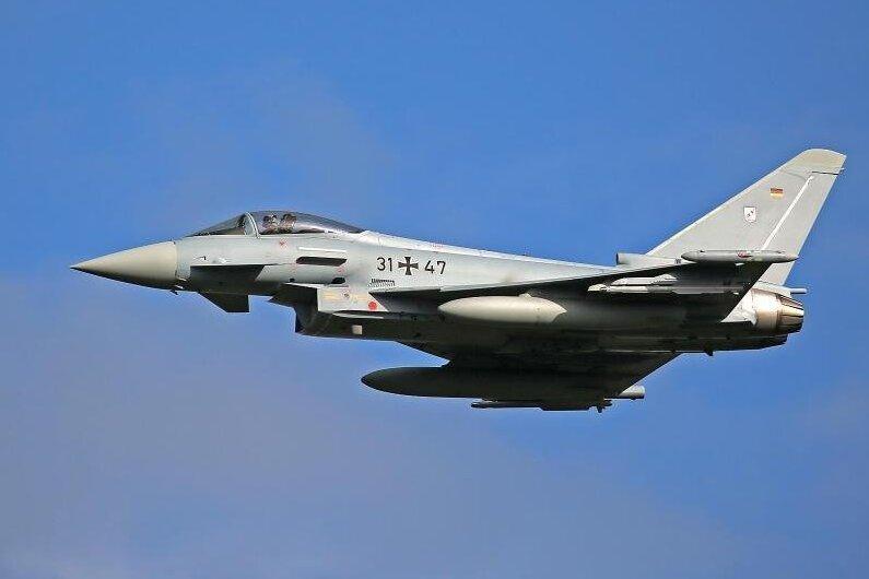 Nach Angaben der Bundeswehr übten am Donnerstagvormittag sechs Eurofighter und ein Airbus A400M im Luftraum über Westsachsen.