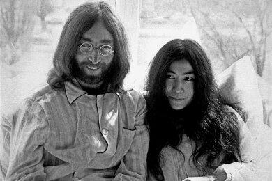 Kurz nach ihrer Hochzeit geben John Lennon und seine Frau Yoko Ono am 25. März 1969 in einem Bett im Hilton Hotel in Amsterdam sitzend eine Pressekonferenz. Das prominente Paar verbrachte eine Woche in diesem Hotelbett, um damit gegen die Gewalt in der Welt und für den Frieden zu demonstrieren.