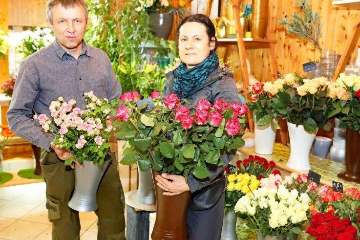 Christoph Schulze und Simone Müller vom Blumenpavillon am Crimmitschauer Friedhof sind auf den Muttertagsansturm vorbereitet.