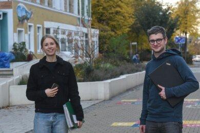 Maleen Täger (links) und Christof Schittke sind im Chemnitzer Medibüro aktiv. Ihre Arbeit findet vor allem an Rechner und Telefon statt.