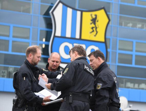 Polizisten vor dem Chemnitzer Stadion, wo am Abend der Bürgerdialog stattfindet.