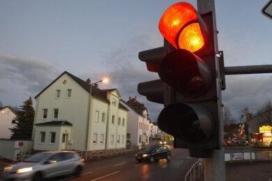 Eigentlich sollte die Kreuzung in der Ortsdurchfahrt von Hartmannsdorf noch dieses Jahr zurückgebaut werden. Aber es tut sich nichts.