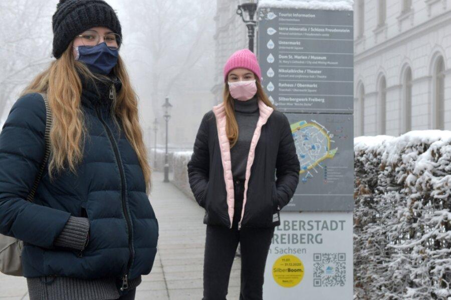 """Die Abiturientinnen Henriette Bochmann aus Hetzdorf und Ema Fenikova aus Freiberg (v.l.) haben eine Petition """"Faires Abitur 2021"""" initiiert."""