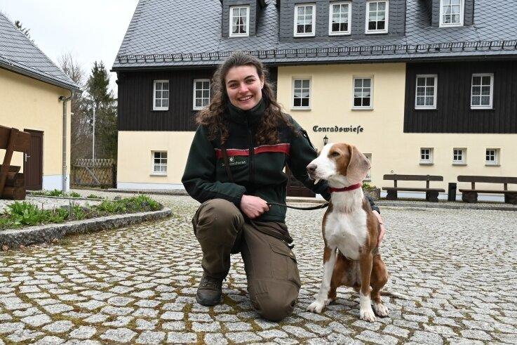 Teresa Schafheutle ist die neue Leiterin des Waldschulheimes Conradswiese. Immer an ihrer Seite: Jagdhund Cara.