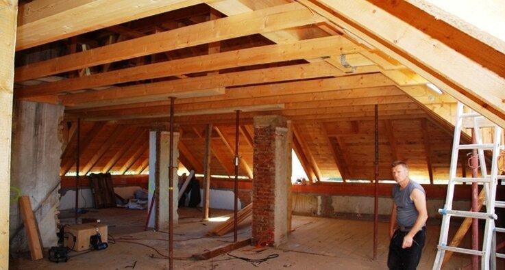Die Erneuerung des Dachstuhls in der Villa Hoyer war nicht eingeplant. Dadurch werden sich die Kosten für das Gesamtprojekt verdoppeln.