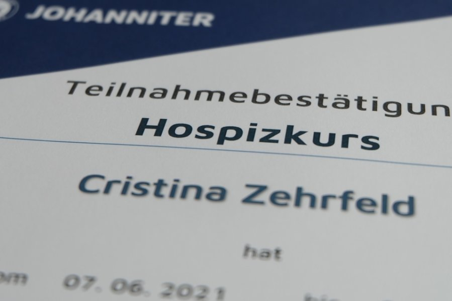 Die Teilnahmebestätigung am Ausbildungskurs zum ehrenamtlichen Hospizhelfer ist Voraussetzung, um als Sterbebegleiter zu arbeiten. Eine Verpflichtung zur Mitarbeit gibt es aber nicht.