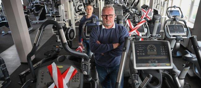 Auch für den Standort Mittweida wünschen sich Flexx-Chef Jens Beier (vorn) und Mitarbeiter Roman Clauß, hier im Chemnitzer Studio, bald wieder volle Belegung der Cardio- und Kraftgeräte.