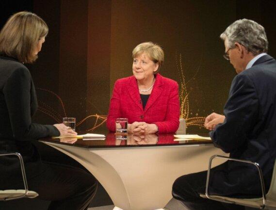 TV-Interview in unruhigen Zeiten: Bundeskanzlerin Angela Merkel (CDU) ist in der Flüchtlingskrise von der EU enttäuscht. Am offenen deutschen Kurs in der Asylpolitik will sie festhalten.