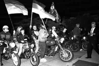 Chemnitz in der Nacht der Wiedervereinigung: Mit Deutschlandfahnen ausgerüstet, haben sich junge Leute mit ihren Mopeds und Motorrädern zum Feiern an der Brückenstraße eingefunden.
