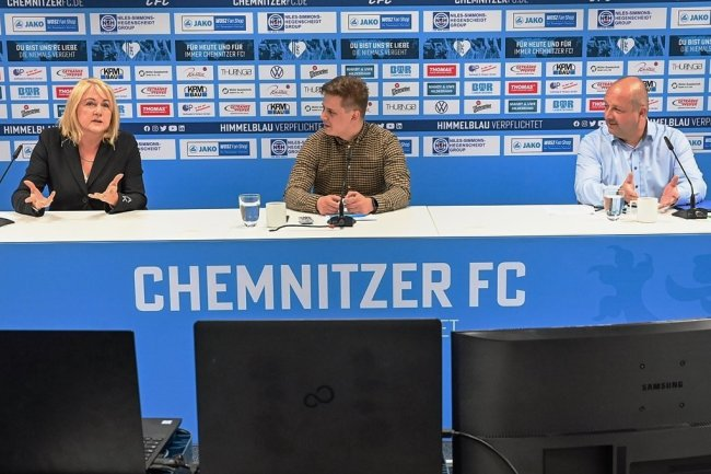 Bei einer Videokonferenz beantworteten CFC-Vereinschefin Romy Polster und Aufsichtsratschef Knut Müller (rechts) gemeinsam mit Sprecher Steffen Wunderlich am Montag Fragen der Fans.
