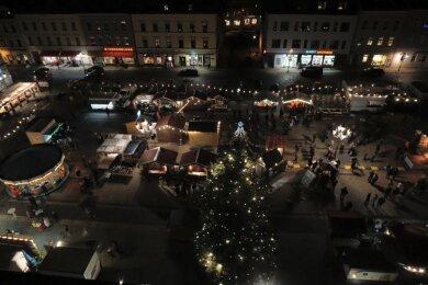 Dieses Bild vom Oelsnitzer Weihnachtsmarkt entstand voriges Jahr vom Turm des Rathauses. Dieses Jahr wird sich kaum ein solches Bild zeigen. Die Stadt denkt derzeit über eine Absage des Marktes nach.