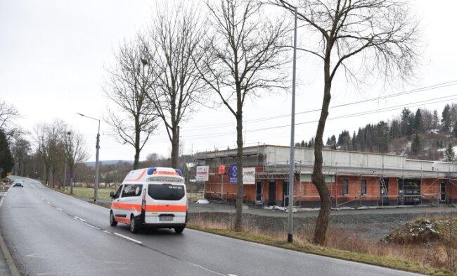 Die neue Rettungswache in Adorf steht im Rohbau und soll im Juni 2021 eröffnet werden. Ihre Lage am Ortsausgang in Richtung Markneukirchen ermöglicht es, schneller den Einsatzort zu erreichen.