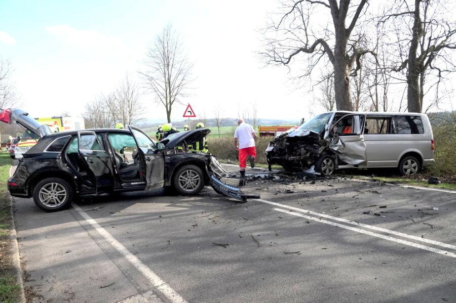 Audi und VW-Kleinbus kollidieren - mehrere Verletzte