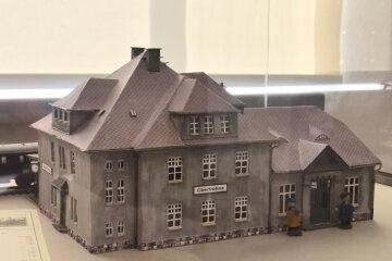 Ein Kartonmodell des Oberfrohnaer Bahnhofs: Gebaut und gestaltet hat es Gert Sommer.