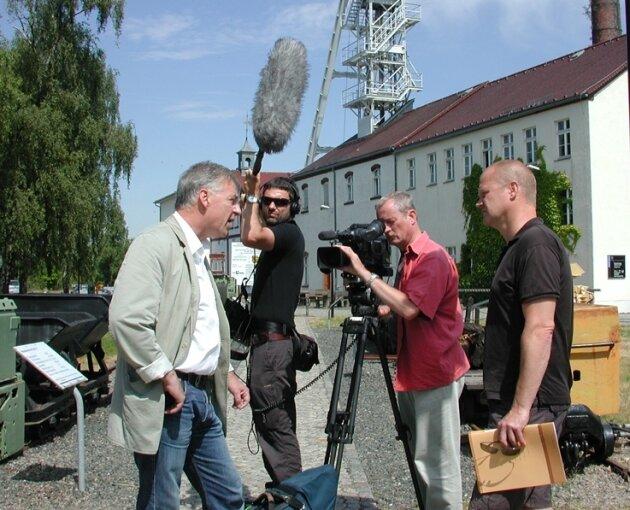 """Helmuth Albrecht (l.) stand auf dem Schacht """"Reiche Zeche"""" MDR-Autor Ulf Kalkreuth (r.) Rede und Antwort. Für Bild und Ton zeichnen Hartmut Gatzschke und Christian Reiß verantwortlich."""