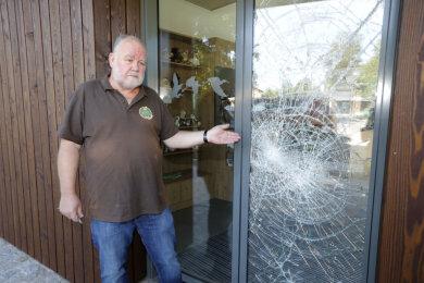 Tierparkchef Uwe Dempewolf zeigt die zerstörte Glastür am Eingang.