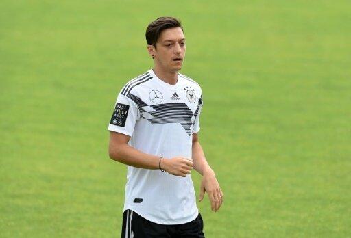 Özil steigt nach Knieproblemen wieder ins Training ein