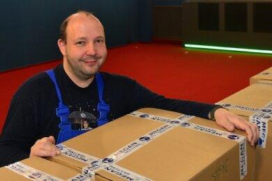 """Andreas Ronneberger hat für sein Kino """"Filmbühne"""" schon die neuen Stühle bekommen. Die werden nun ausgepackt und eingebaut."""