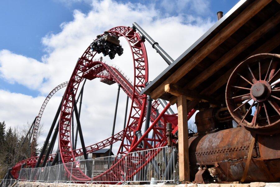"""Neue Mega-Achterbahn """"Dynamite"""" besteht erste Tests in Plohn"""