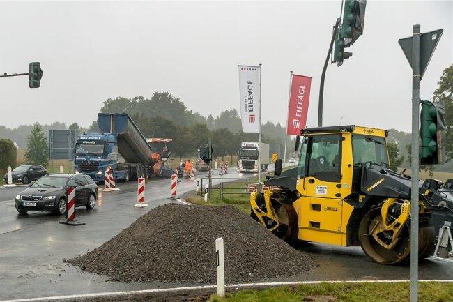 Am Donnerstag wurde im Bereich der Kreuzung Lauterbacher Straße/Zubringer B 171 asphaltiert.