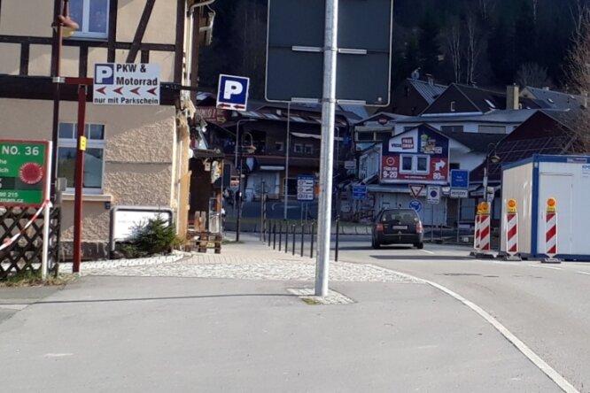 Ein Auto mit tschechischem Kennzeichen fährt unkontrolliert über den Grenzübergang in Johanngeorgenstadt nach Tschechien.