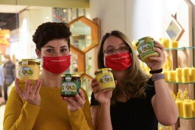 """Bis Weihnachten verkaufen Stefanie Weigel (links) und Sina Rudolph im Einkaufszentrum Galerie Roter Turm regionale Produkte - auch Honig, der auf dem Areal des """"Freie Presse""""-Druckzentrums geerntet wurde."""