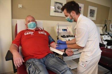 Dieter Fischer kommt regelmäßig zur Blutplasmaspende nach Plauen. Patrick Enders war am Mittwoch dafür zuständig.