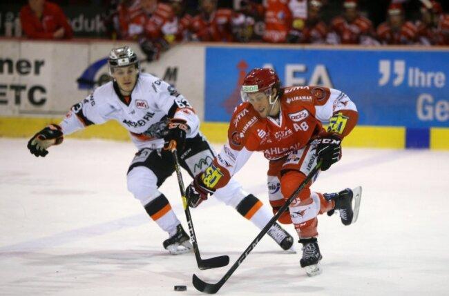 Dominic Walsh (rechts) und die Eispiraten-Profis müssen in den Pre-Play-offs gegen die Kassel Huskies antreten. Walsh spielt mit Christoph Kabitzky und Christoph Körner im dritten Block.