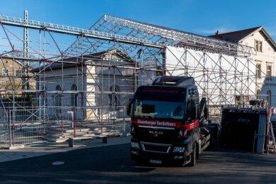 Am Erlauer Generationenbahnhof wird derzeit die verschiebbare Dachkonstruktion für die Sanierung des Daches im Bereich des Zwischenbaus aufgebaut.