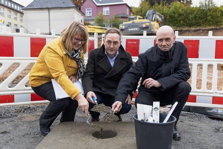 Für den Neubau einer Oberschule in Geyer ist der Grundstein gelegt worden. Im Bild: Madeleine Schlosser, Kay Melzer und Udo Böhme - die Geschäftsführer des Bildungsträgers IAJ.
