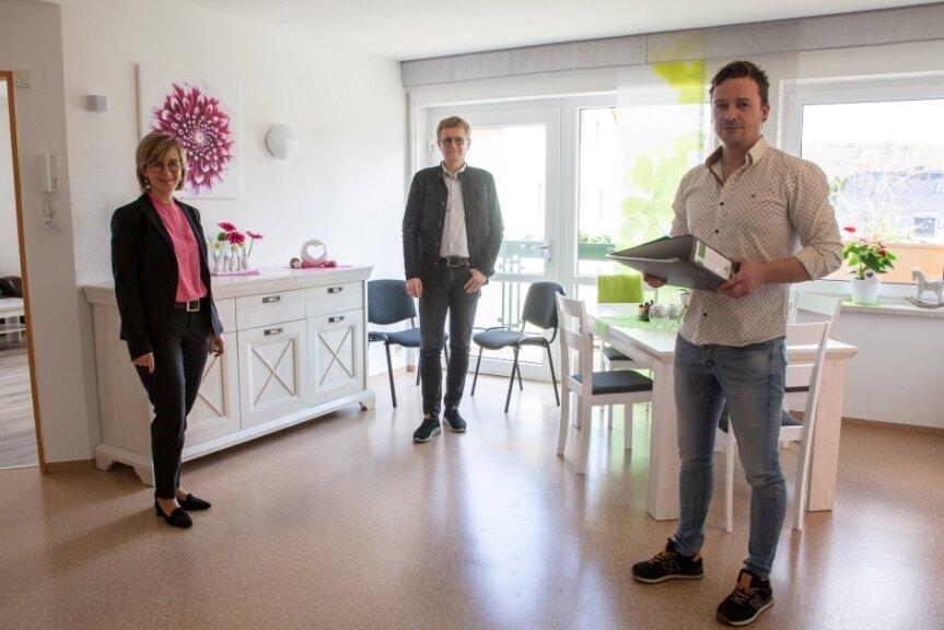 Bei der offiziellen Eröffnung war auch Bürgermeisterin Silke Franzl dabei. Dr. Burkhard Flechsig (Mitte) und René Küttner gehören zu den Initiatoren. Noch sind die Zimmer leer, Interessenten gebe es aber schon.