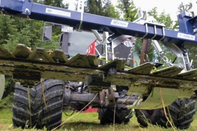 Der Balken am Traktor ist mit Klingen ausgestattet, die wie eine Schere funktionieren und so die Pflanzen abschneiden.