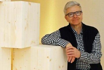 Matthias Scheibner vor den Holzwürfeln, die Künstler aus ganz Sachsen zur individuellen Gestaltung erhielten.