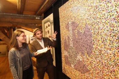 Malzhausgaleristin Julia Blei mit Schauspieler Jonas Laux vor einem Kunstwerk seines Vaters, Hans Pfeifer.