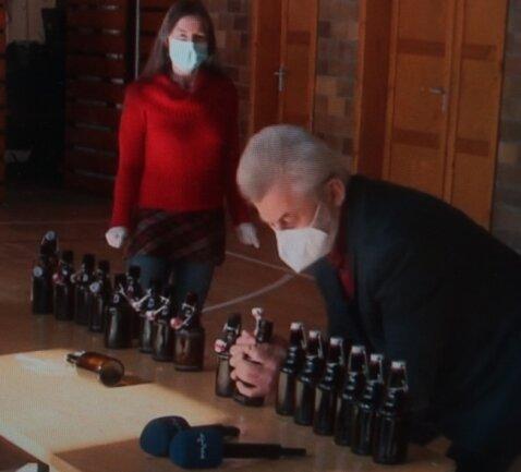 Ein Teil der Bierflaschen, die Bernd Pohlers geöffnet hat, ging an die Mitarbeiter aus dem Bauhof.