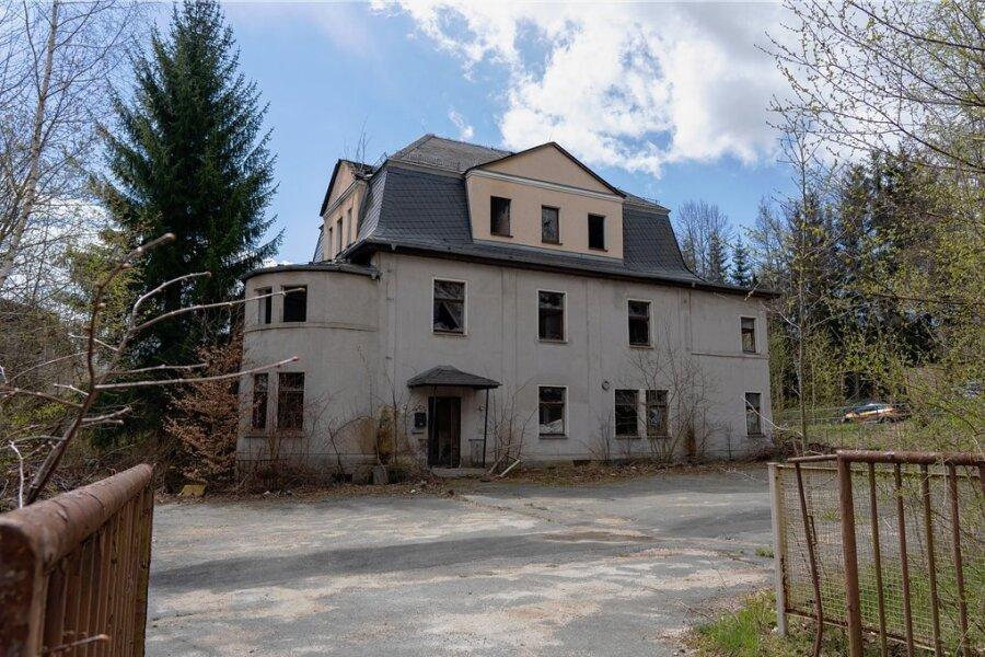 Das brachliegende einstige Kinderheim wird immer mal wieder als illegaler Abenteuerspielplatz genutzt. Das ist gefährlich. Die Kommune will das künftig nicht mehr dulden. Per polizeilicher Anordnung will sie den Eigentümer zwingen, das Grundstück einfrieden.