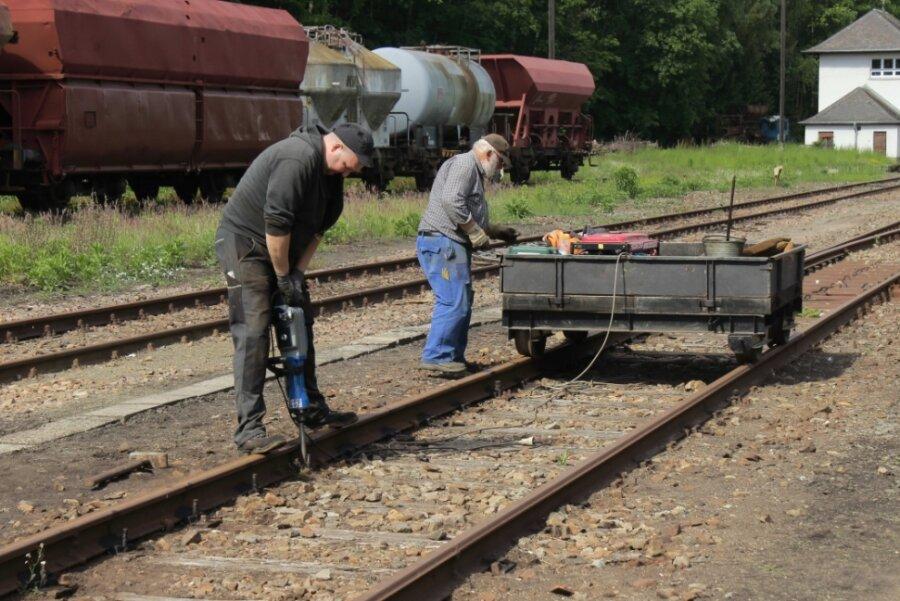 Die VSE-Mitglieder Tim Zolkos (links) und Dieter Neumann bereiten an Gleisen im Gelände des Eisenbahnmuseums den Ausbau verschlissener Holzschwellen vor, die durch ältere, aber gut erhaltene Betonschwellen ersetzt werden.