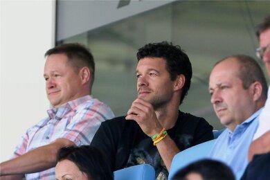 Michael Ballack war in der vergangenen Saison ab und zu Gast im Chemnitzer Stadion, in dem er auch eine eigene Loge hat. Hier schaut er sich das letzte Spiel der abgelaufenen Saison gegen Hansa Rostock an. Rechts neben ihm sitzt CFC-Aufsichtsratschef Knut Müller, links ein Verwandter Ballacks.