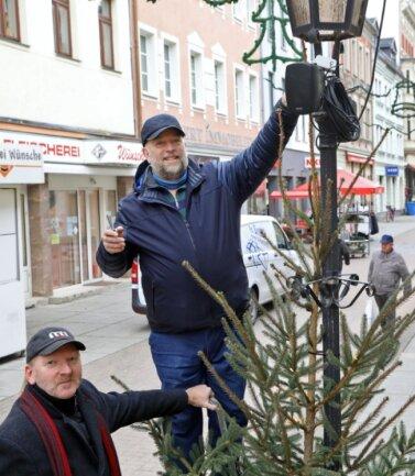 Frank Stahn (links) und Andreas Kawa stellen die Lautsprecher in der Silberstraße ein.